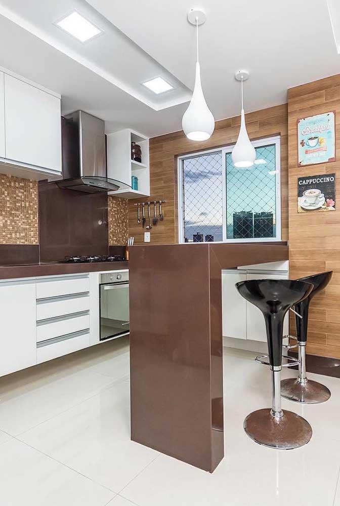 Que tal usar o granito marrom absoluto na bancada da cozinha americana?