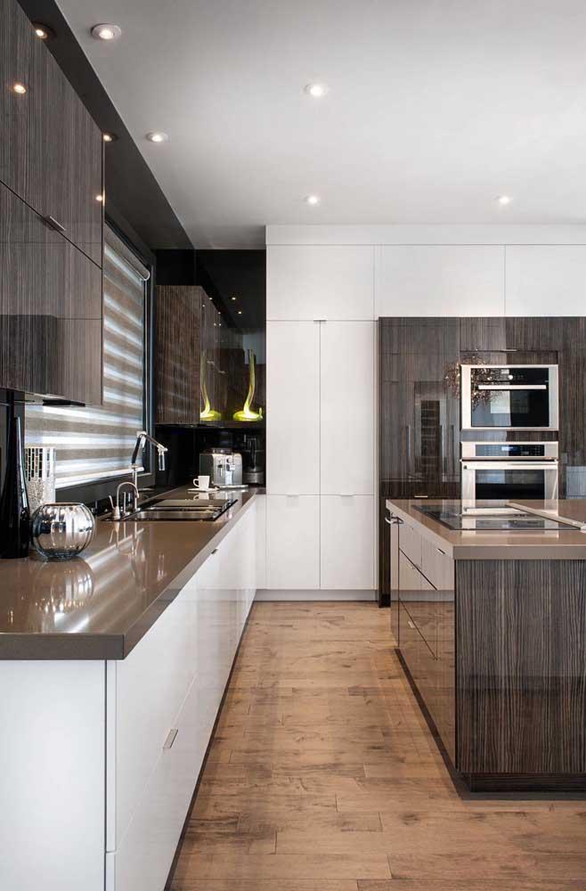 Para decorar sua cozinha aposte na bancada de granito marrom absoluto.