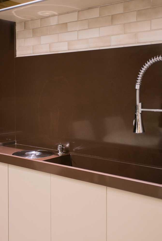 Até na parede da cozinha você pode aplicar o granito marrom absoluto.