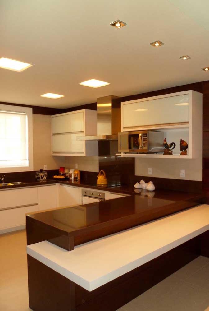 Na hora de reformar a cozinha pense na possibilidade de fazer uma decoração completa com granito marrom absoluto.