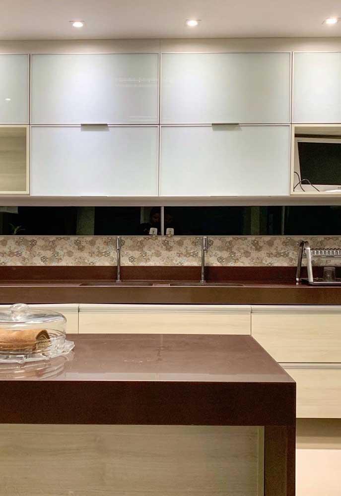 Você pode instalar o granito marrom absoluto tanto na bancada da pia quanto na bancada que serve como mesa.