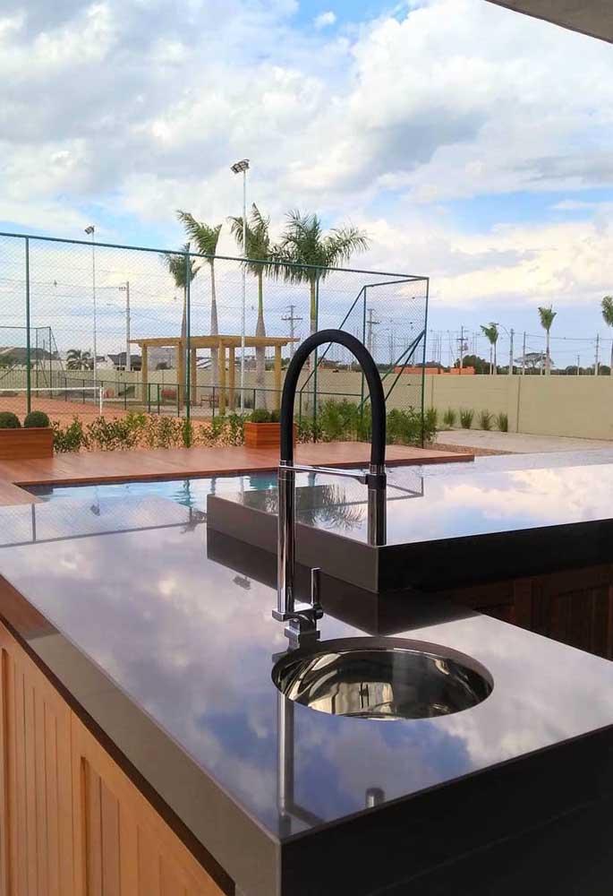 É possível até instalar o granito marrom absoluto em ambientes externos como esse.