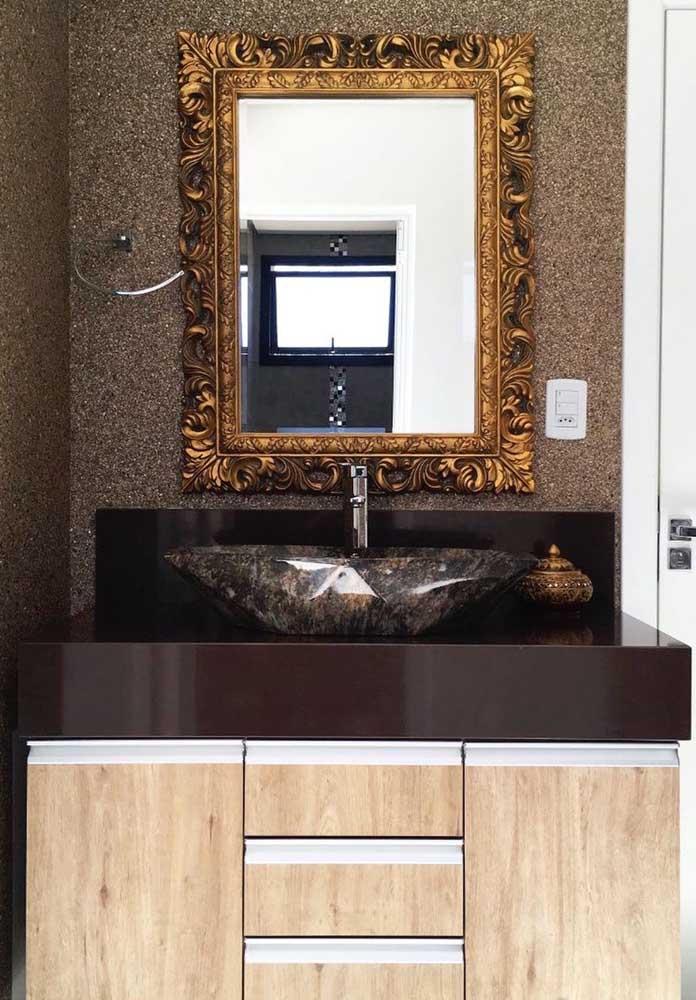 Olha como esse espelho deixou o banheiro mais luxuoso combinando com o granito marrom absoluto.