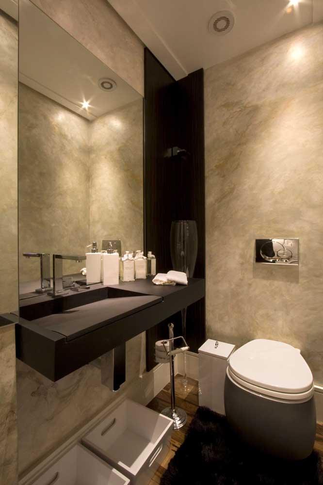 O granito marrom absoluto contrasta muito bem com o banheiro claro e clean.