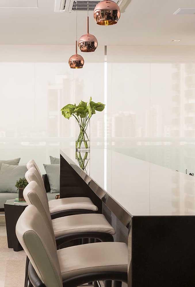 Acrescente acessórios na decoração do ambiente feito com granito marrom absoluto.