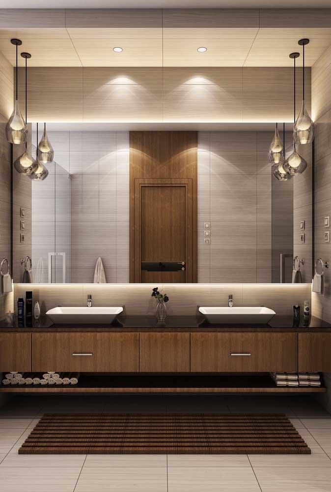 É o caso do espelho grande que pode ser instalado no banheiro para dar sensação de amplitude.