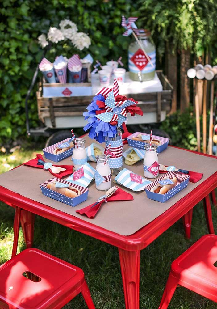Leve as mesas para o jardim e faça da noite do cachorro quente um evento descontraído e bem informal