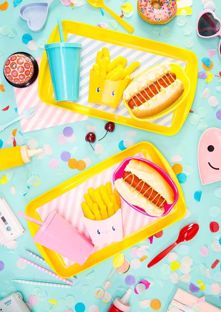 Bandeja colorida e divertida para servir os lanches da festa do cachorro quente
