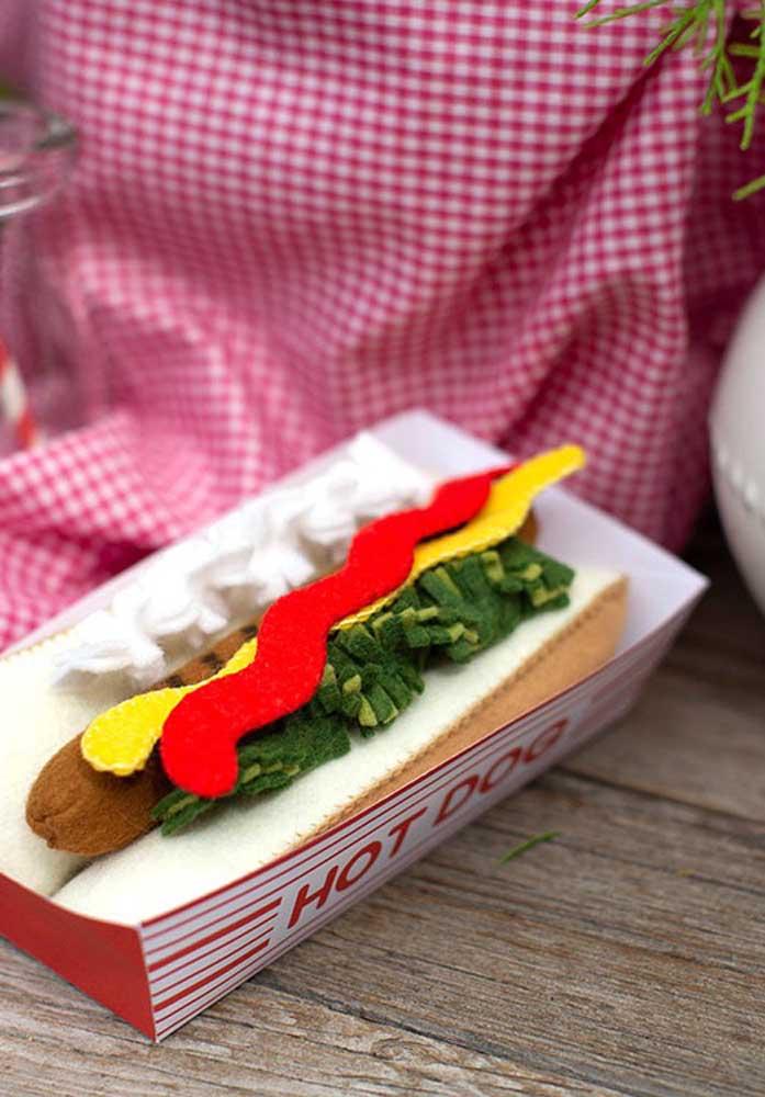Hot dog de feltro. Esse é só decorativo