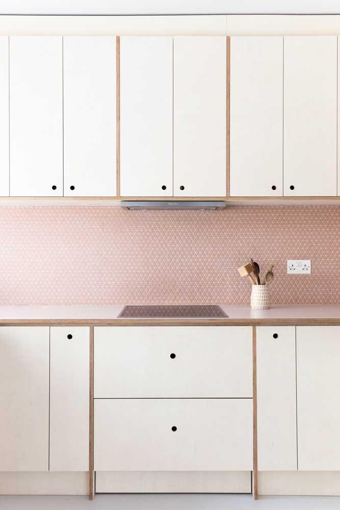 Veja como esse tom de rosa combina perfeitamente com os móveis da cozinha.