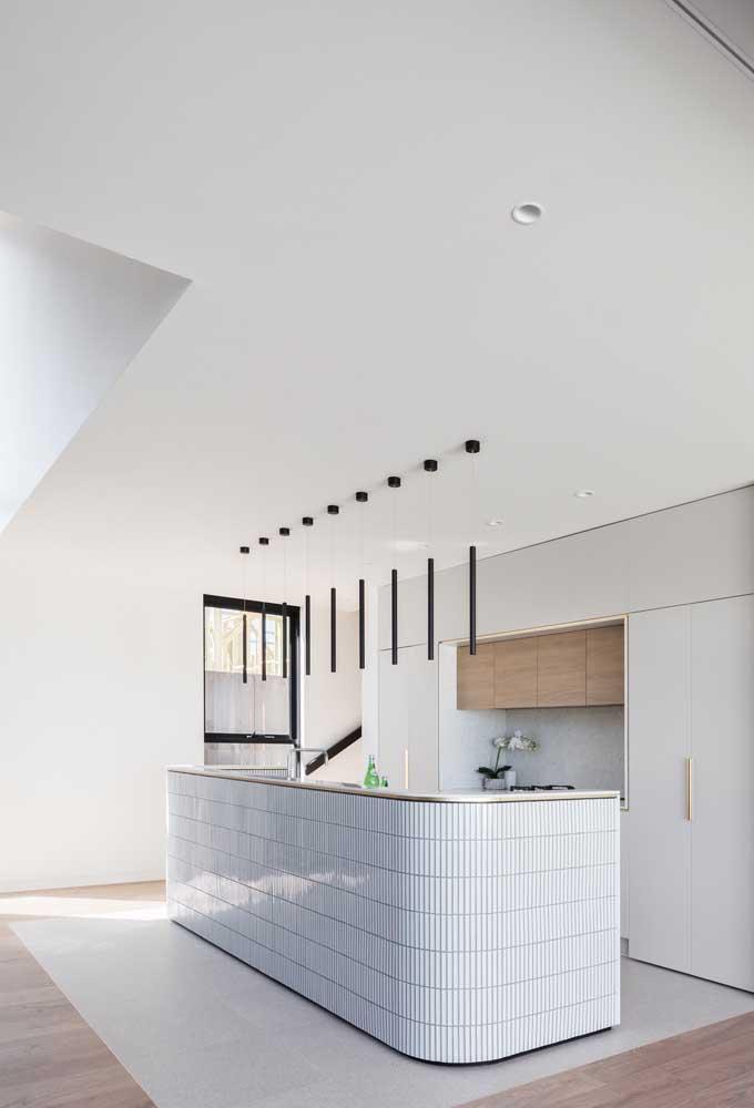 Que tal revestir a bancada da cozinha com pastilhas diferenciadas?