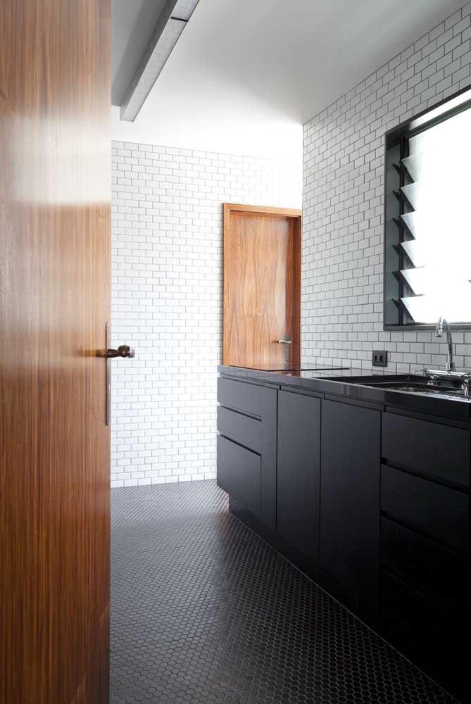 Que tal revestir toda a parede da cozinha com pastilhas?