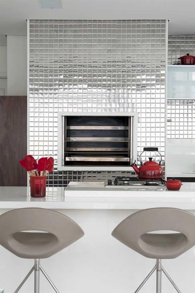 Você já pensou em decorar a sua cozinha com pastilhas prateadas?
