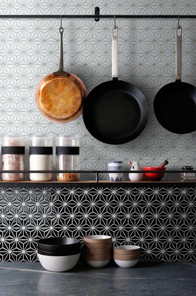 Que tal combinar diferentes estilos e estampas na hora de escolher as pastilhas para cozinha?