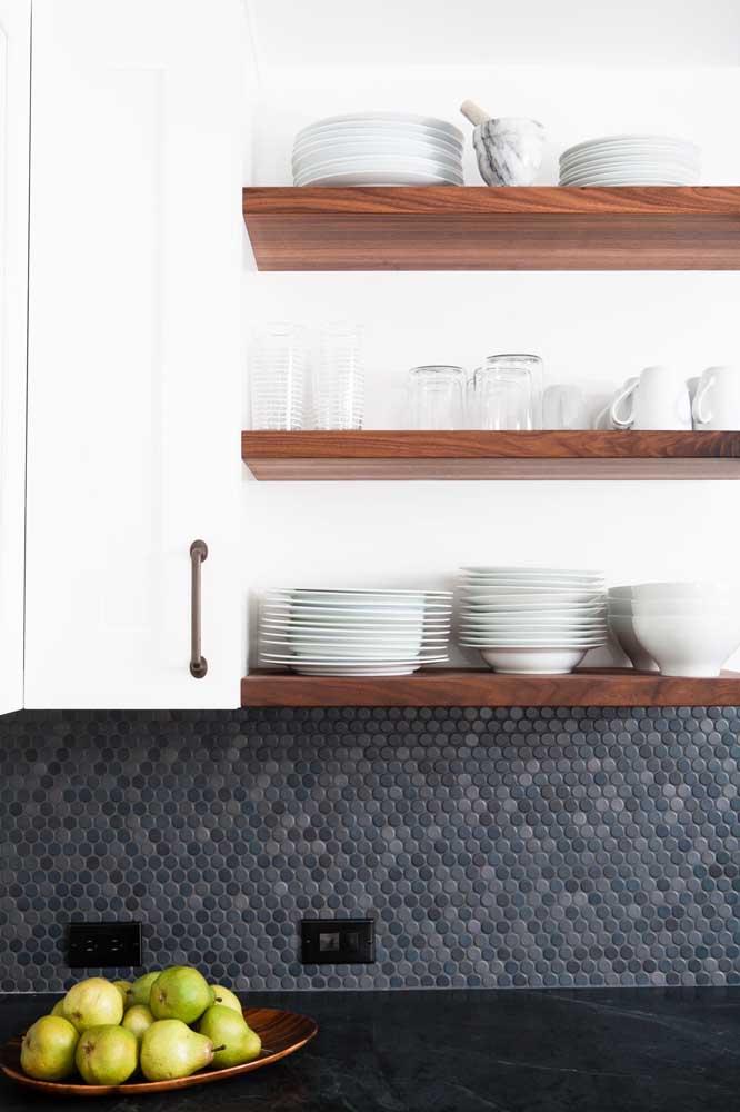 Pastilhas nas cores mais escuras são ótimas para contrastar com móveis claros.