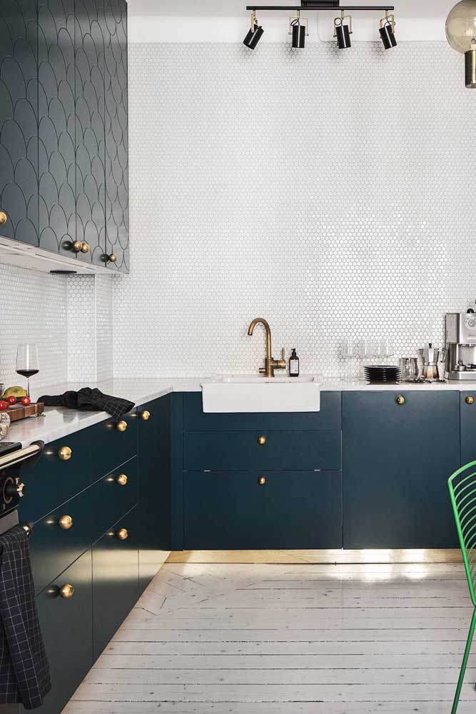 Para deixar a parede sempre brilhante, o ideal é usar pastilhas na cozinha.
