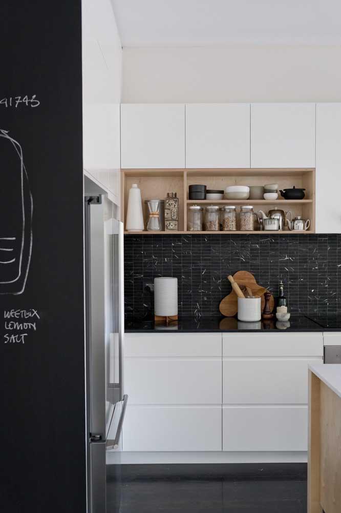 Use as pastilhas em apenas uma parte da parede da cozinha.