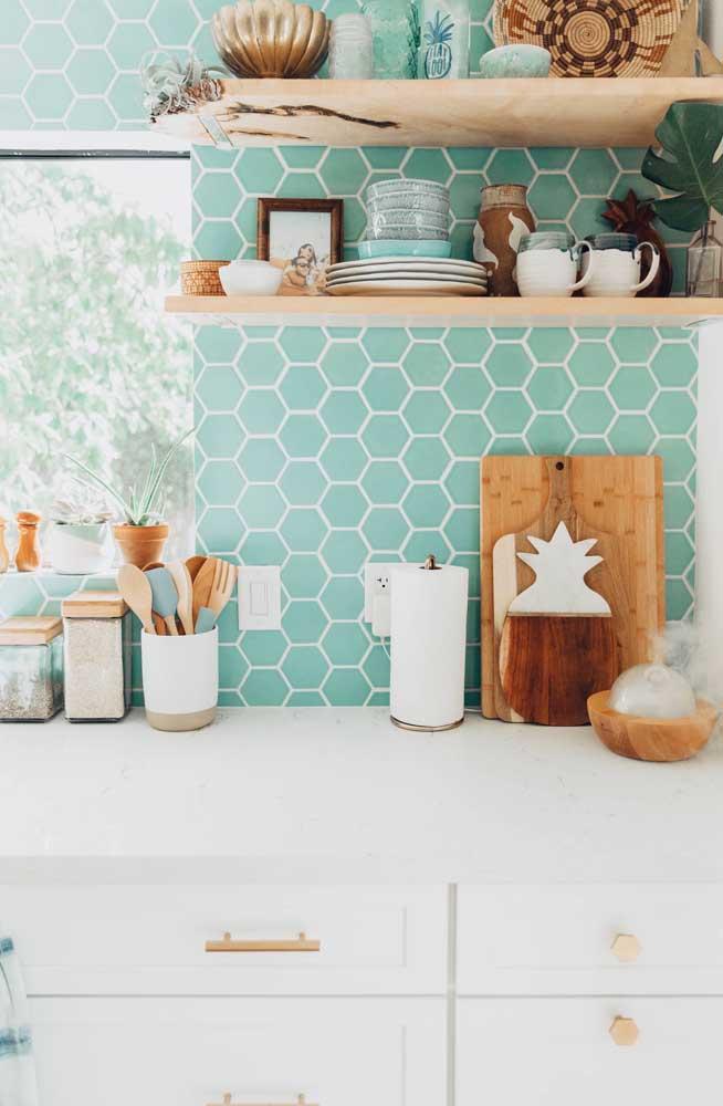 Veja como esse tom de verde dar um efeito mais suave para a cozinha.
