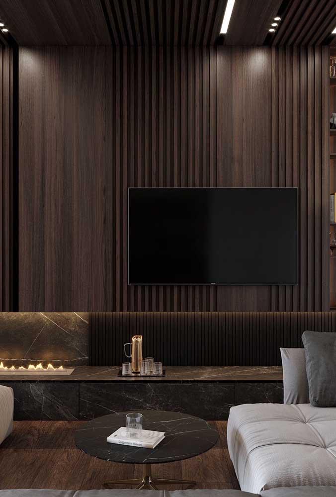 Uau! Que sala de TV pequena planejada com papel de parede mais incrível.