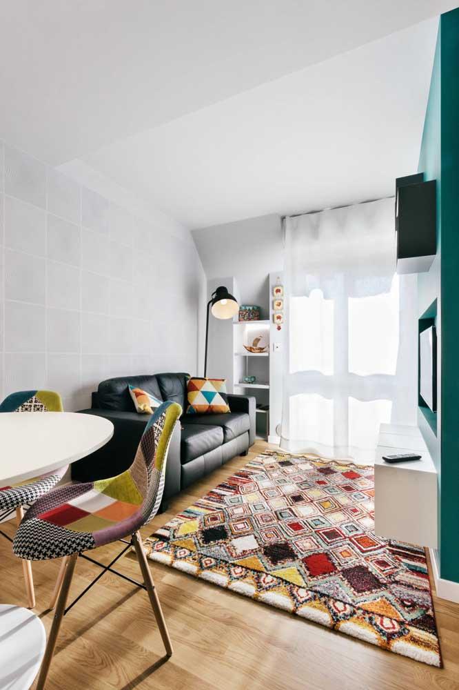 O tapete não pode faltar na decoração da sala de TV.
