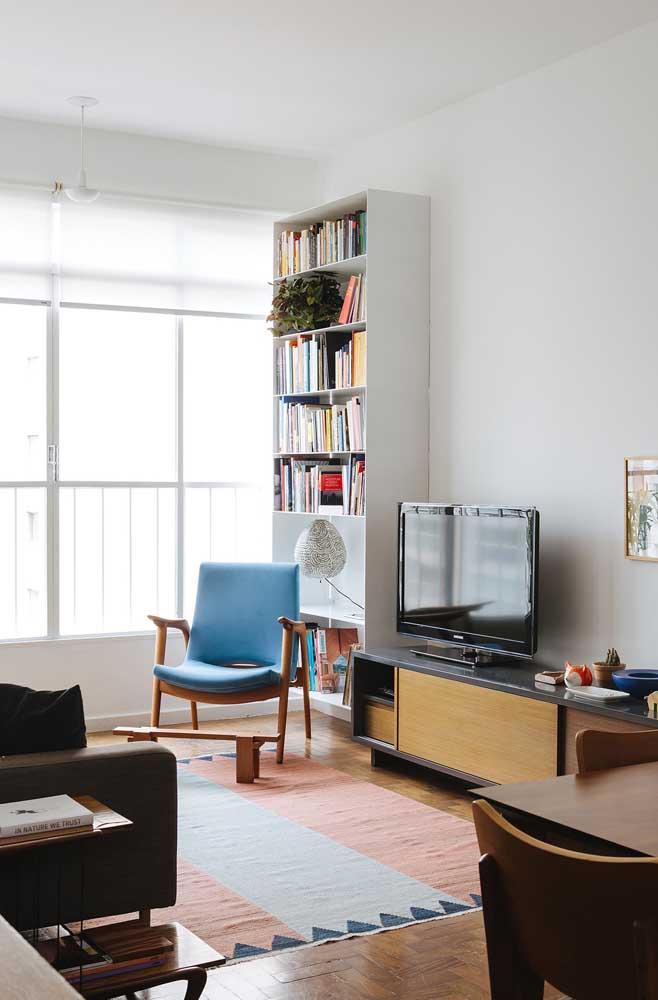 Você pode perfeitamente fazer uma sala de TV simples.