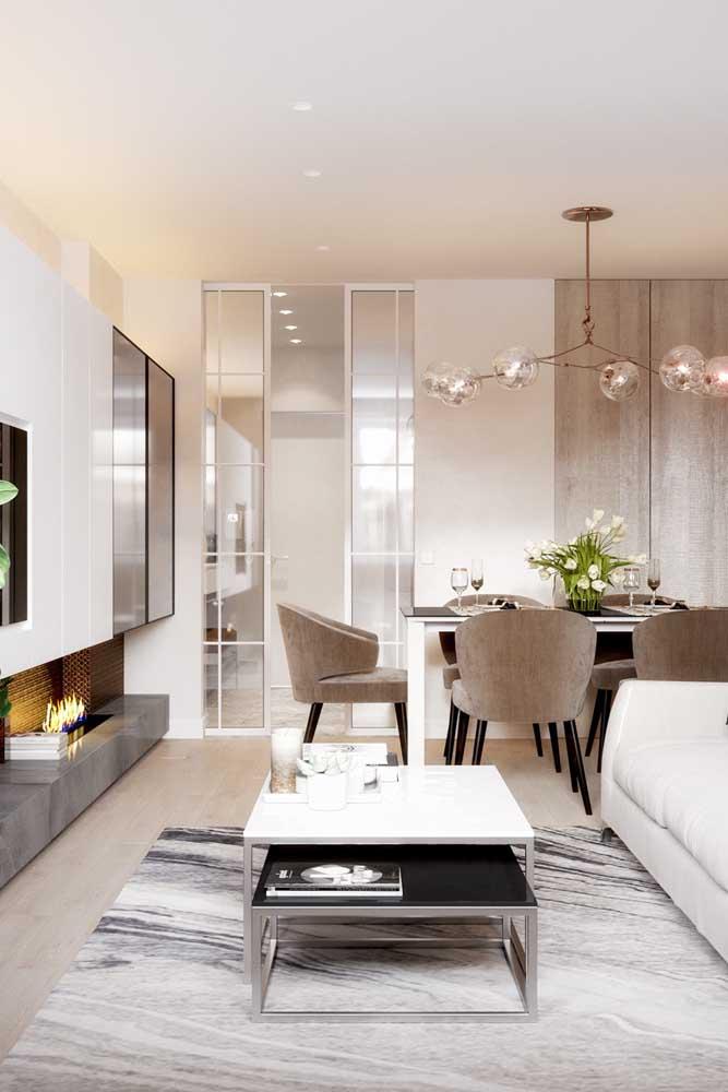 Use elementos diferenciados para decorar a sala de TV combinada com a sala de jantar.