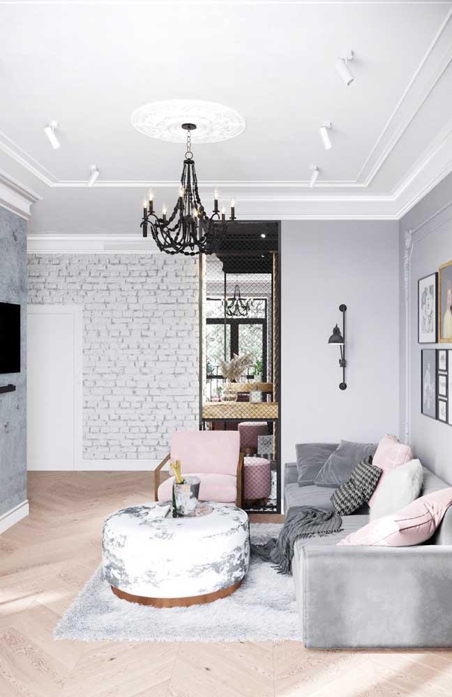 Coloque um lustre para iluminar a sala de TV pequena.