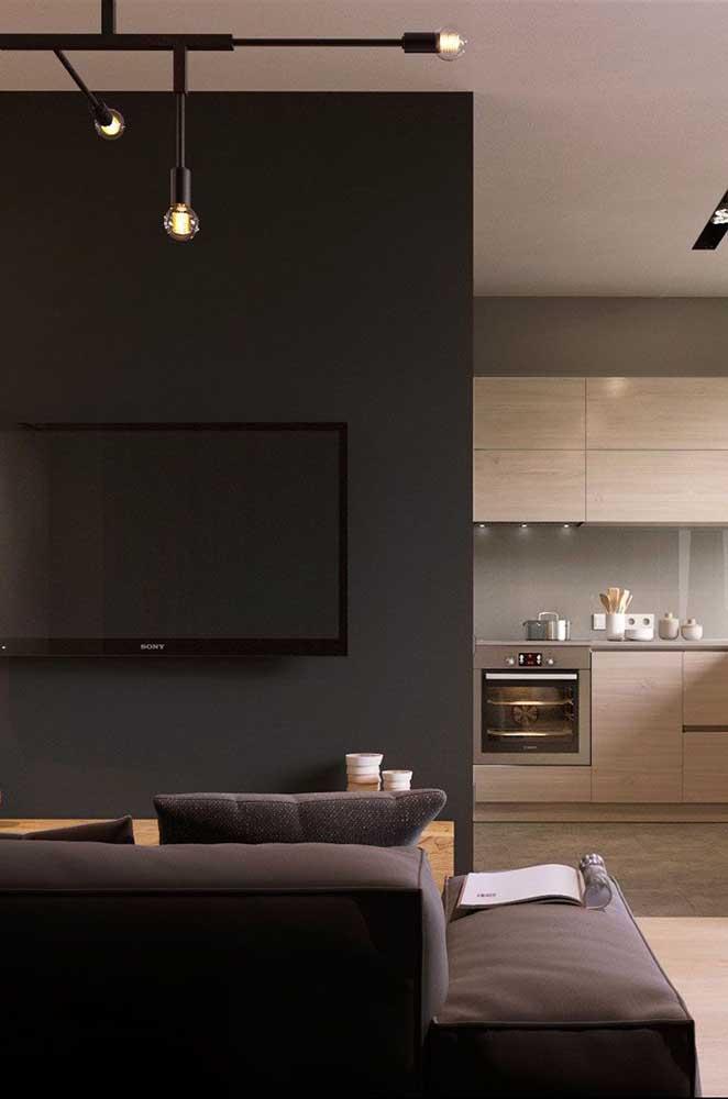 Quem disse que não é possível usar cores escuras na sala de TV?