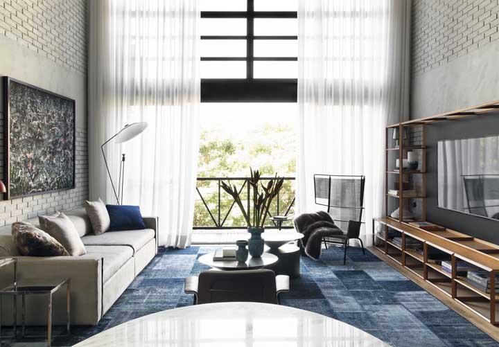 Antes de montar a sala de TV defina o tamanho e posição dos móveis para não atrapalhar a circulação de pessoas.