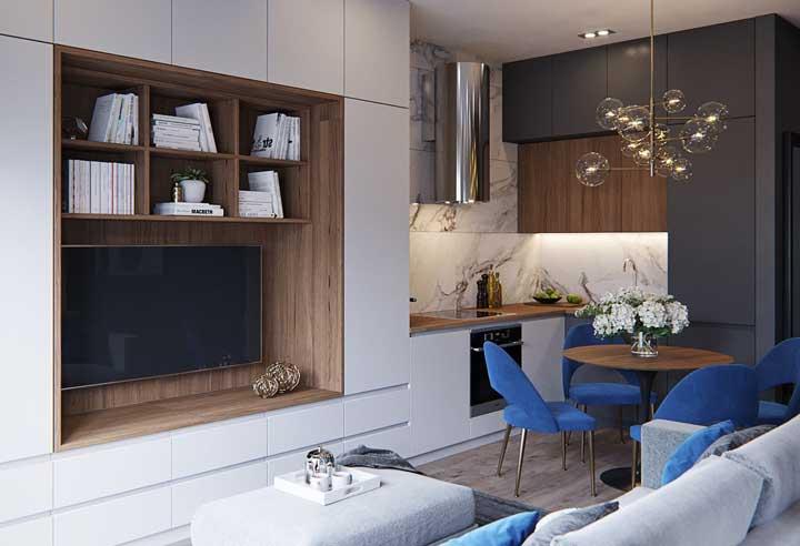 Se você não tem muito espaço pode dividir a sala de TV com a sala de jantar.