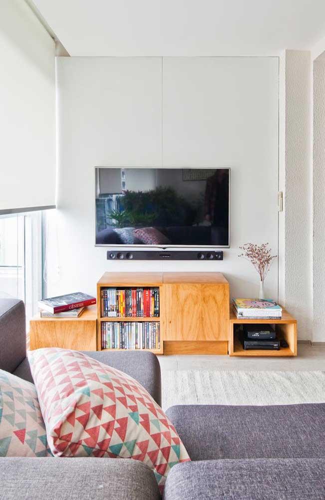 A sala de TV pequena pode ter uma decoração simples.