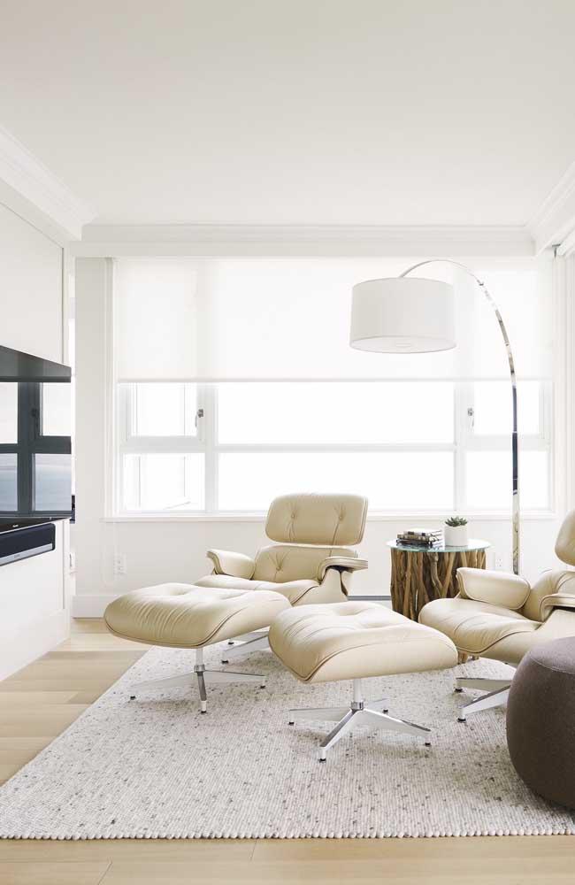 O que acha de substituir o sofá por essas belas poltronas?