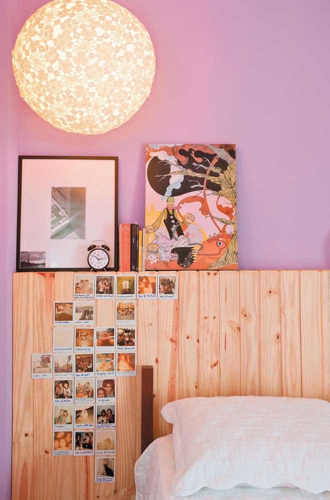 Uma cabeceira de pallet também pode se transformar em mural de fotos