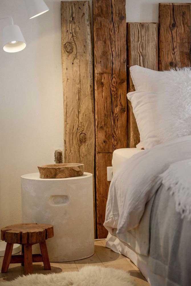 Cabeceira de pallet rústica. A luminária ajuda a criar um clima ainda mais aconchegante para o quarto
