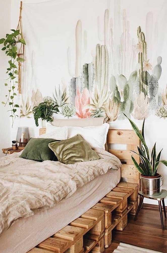 O papel de parede de plantas casou como uma luva com a cabeceira de pallet