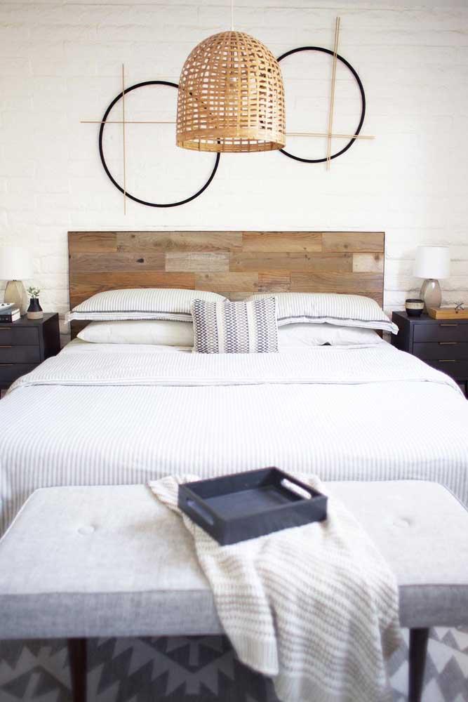 Os materiais naturais se destacam nesse quarto, incluindo os pallets usados para fazer a cabeceira