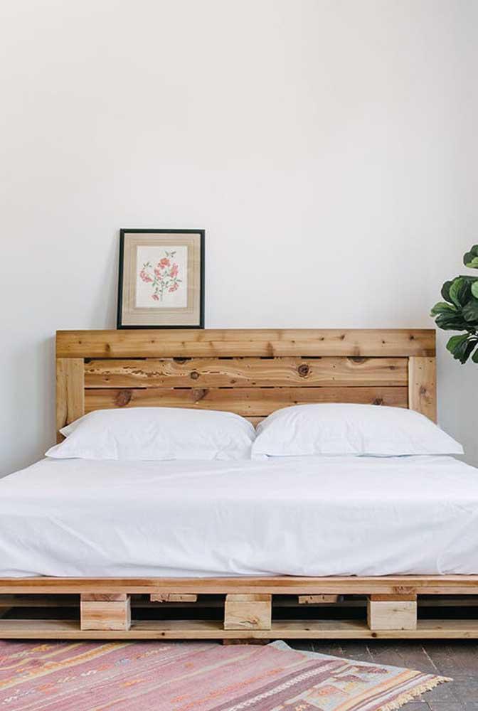 A decoração minimalista do quarto combinou muito bem com a cabeceira de pallet