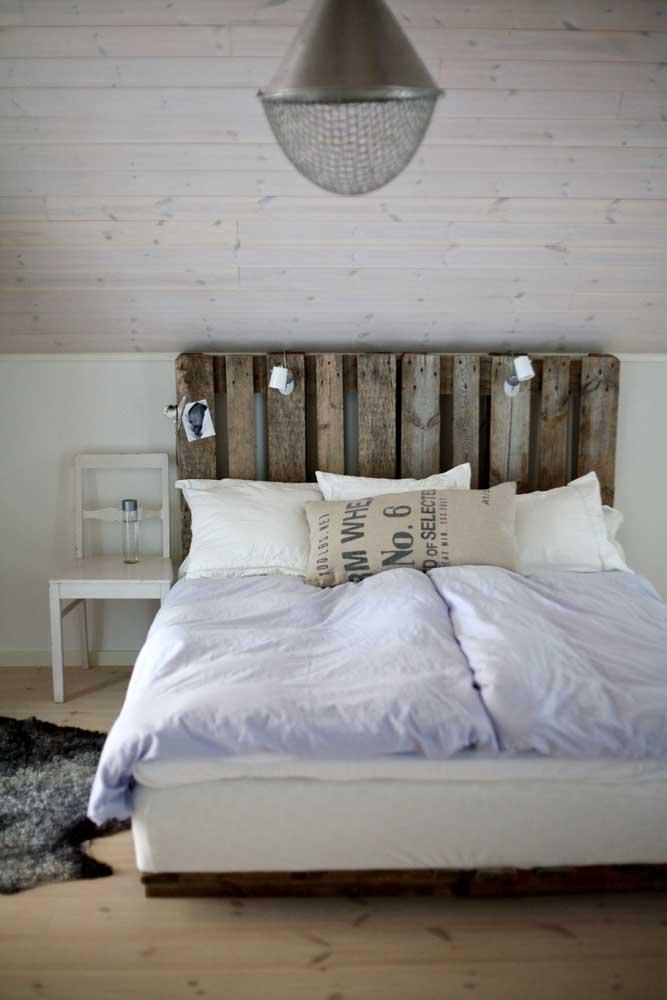 Cabeceira de pallet para cama e painel de madeira na parede