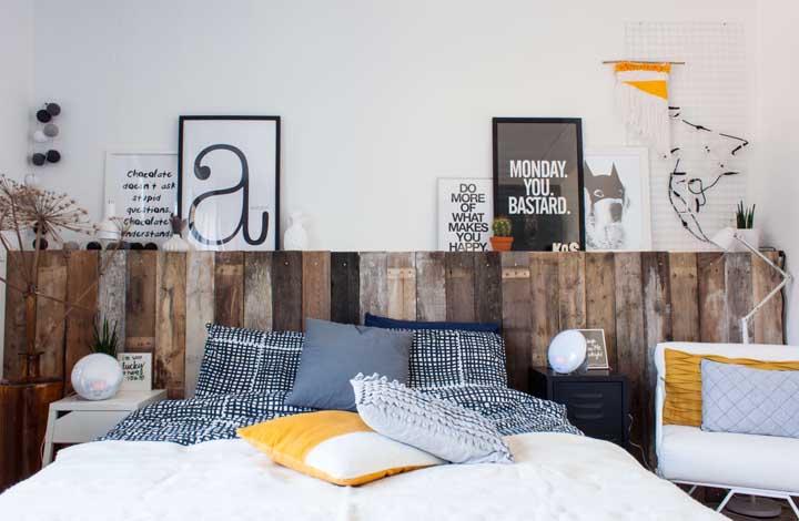 Faça uma cabeceira de pallet para cobrir toda a largura da parede. Olha só como fica bonito!