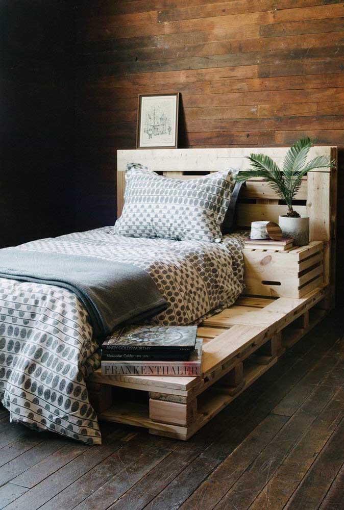 Cabeceira de pallet com criado mudo. Repare que a estrutura da cama também foi feita de pallet