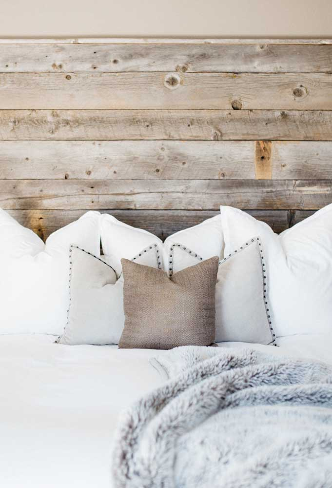 Escolha uma roupa de cama bem linda para combinar com a sua cabeceira de pallet