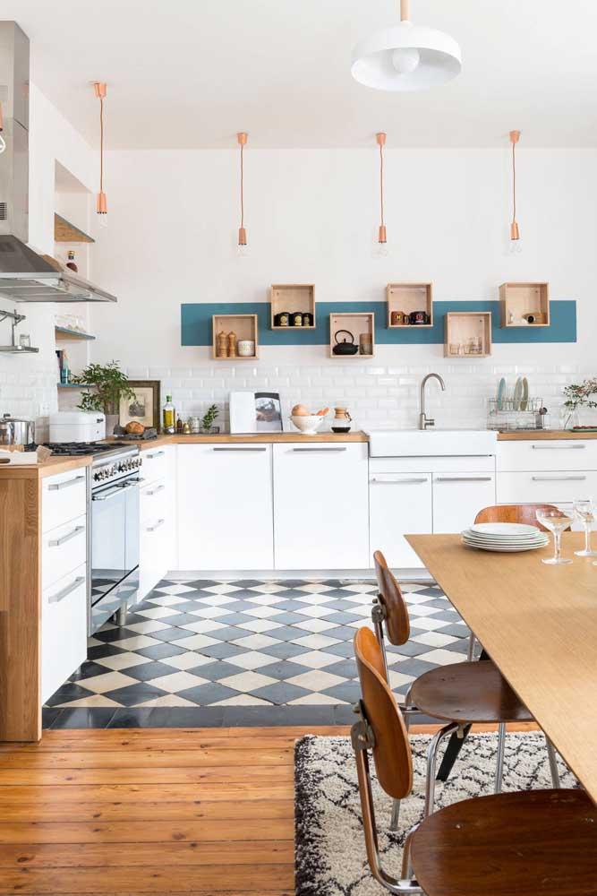 Cozinha vintage branca com caixotes para expor as louças