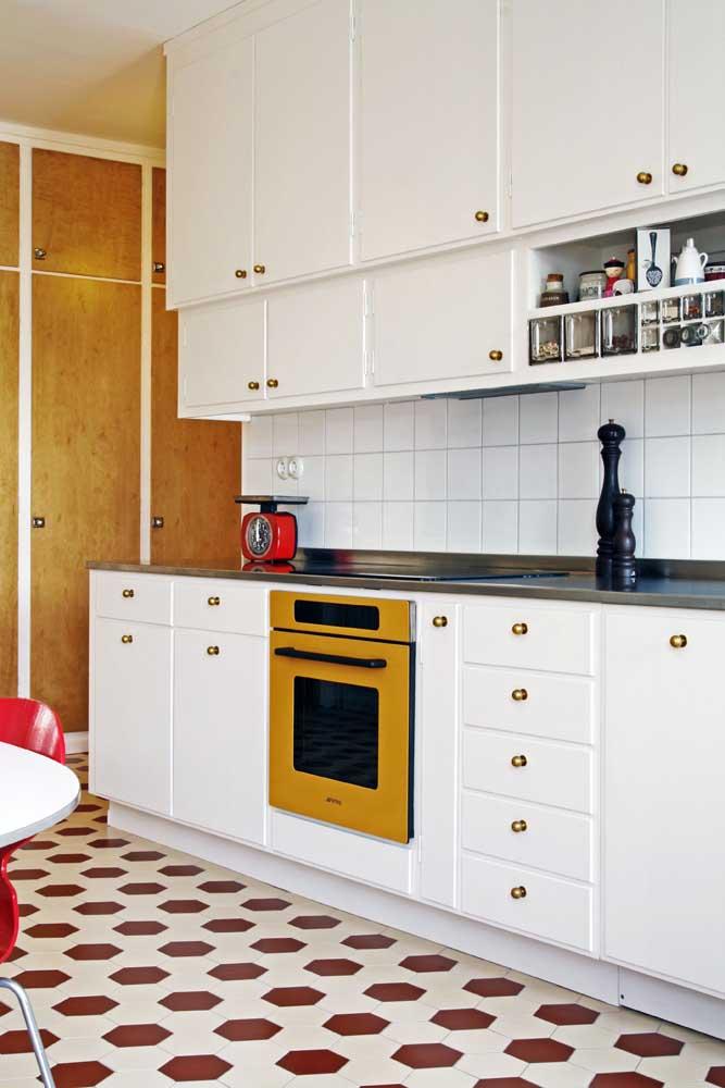 Troque os puxadores do seu armário para criar uma cozinha vintage