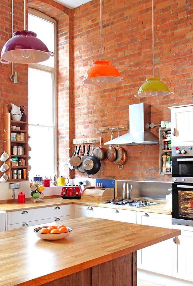 Na cozinha vintage também tem espaço para tijolinhos aparentes