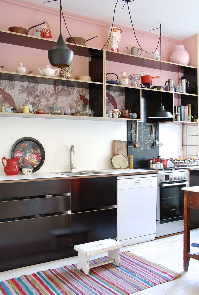 Nessa cozinha, as luminárias e os móveis modernos dividem espaço com as louças vintage e o banquinho em patiná