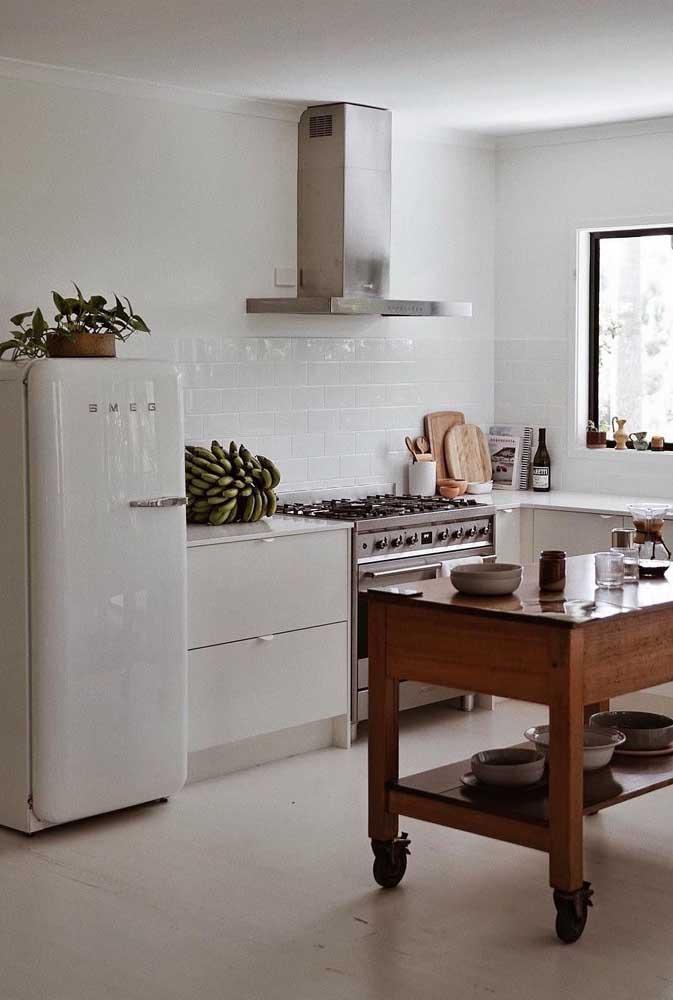 Para quem ama uma cozinha vintage branca, essa aqui é uma inspiração perfeita