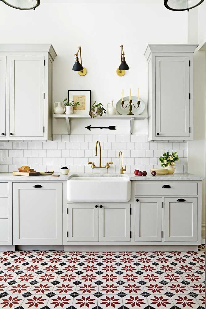 Já nesse outro modelo de cozinha, o piso vintage chama toda atenção para si