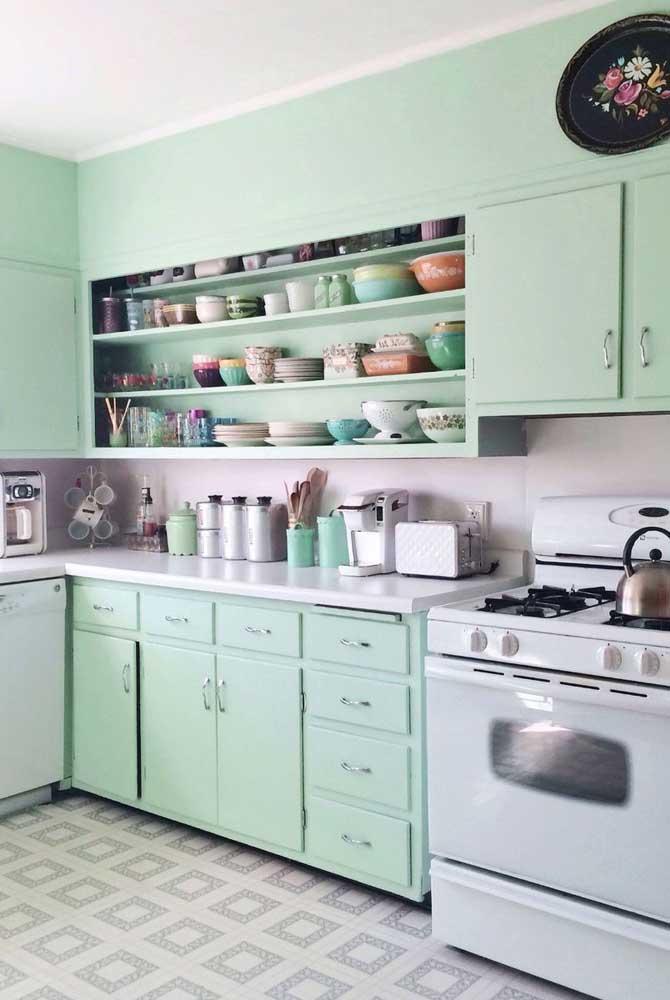 Verde menta nos armários e na parede