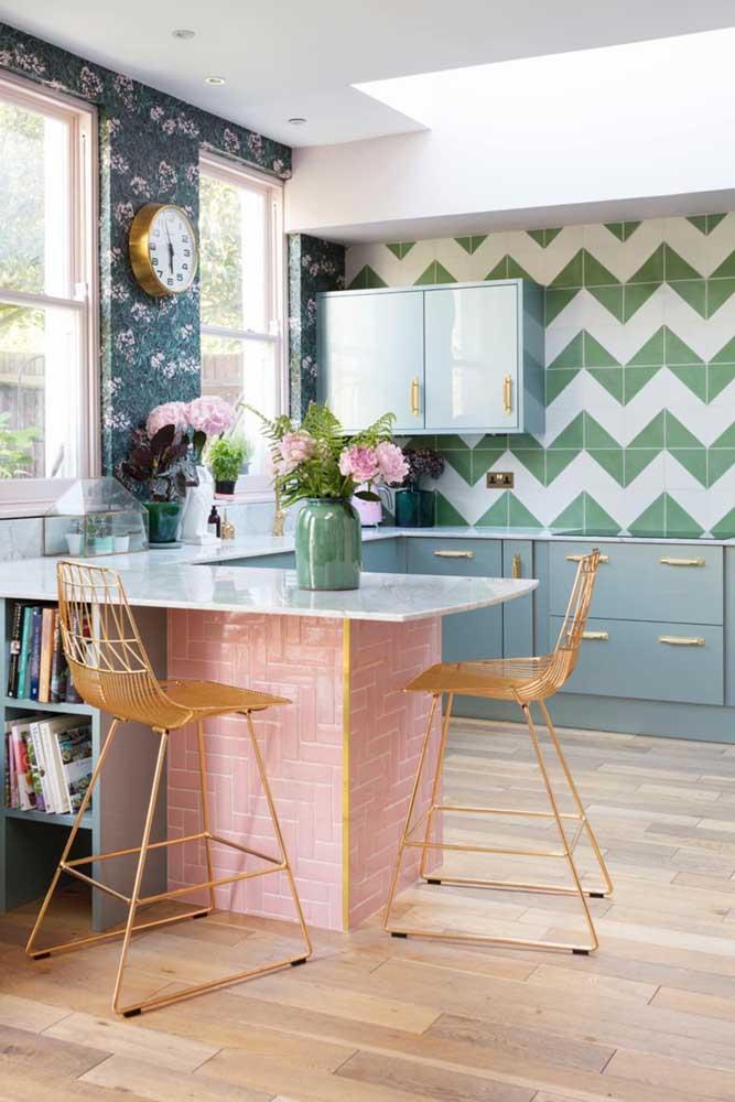 A paleta de cores faz ou não faz diferença na cozinha vintage? Aqui, é o rosa, o azul e o verde que garantem o colorido