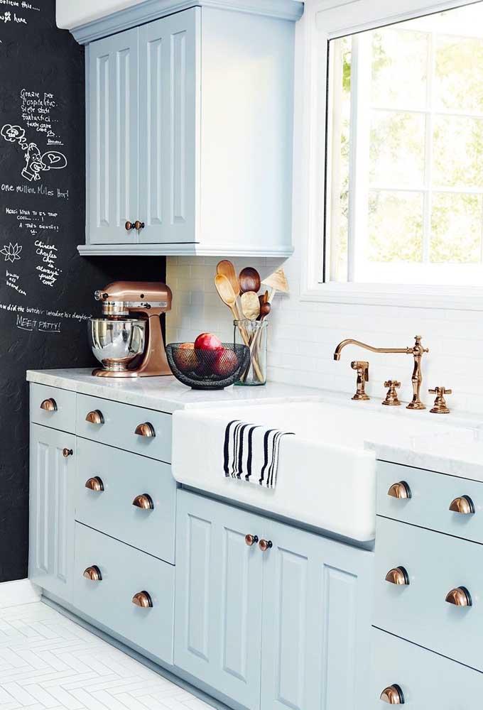 Puxadores e torneira de cobre para reforçar o estilo vintage da cozinha